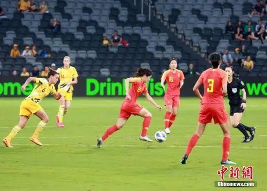 资料图:东京奥运会女足亚洲区预选赛B组最后一战,中国女足1:1战平澳大利亚队,名列奥预赛小组第二。图为中国队姚凌薇(红,16号)在比赛中带球。 中新社记者 陶社兰 摄