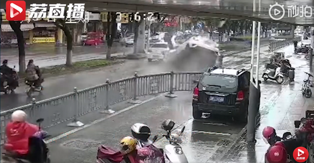 突发!苏州黄埭发生一起严重车祸 司机肇事逃逸后追尾小轿车3秒成废铁 视频画面现场图曝光