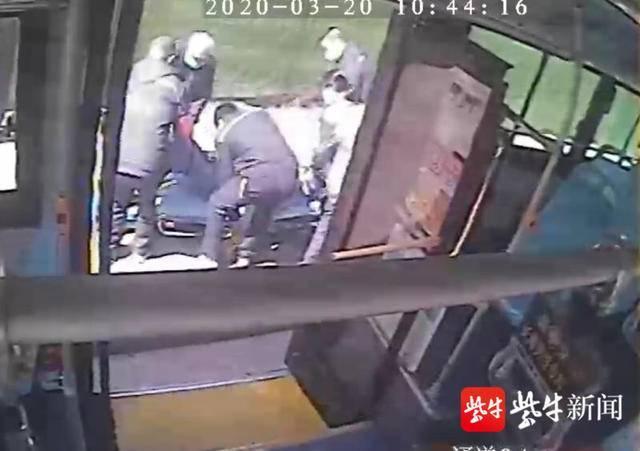 乘客突然晕倒,公交驾驶员紧急送医