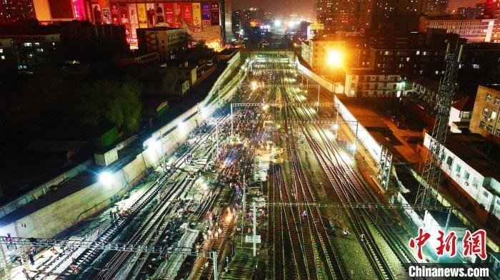 """山西铁路按""""快进键"""" ,近3000名施工人员同时立体化作业,480分钟百年老站太原火车站成功扩容通   车。张炯供图"""