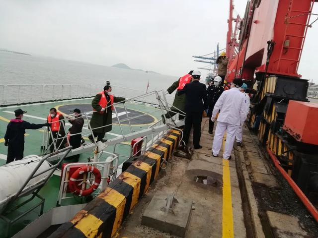 泉州紧急救援!浪高4米阵风10级,舶船沉没5名船员落水