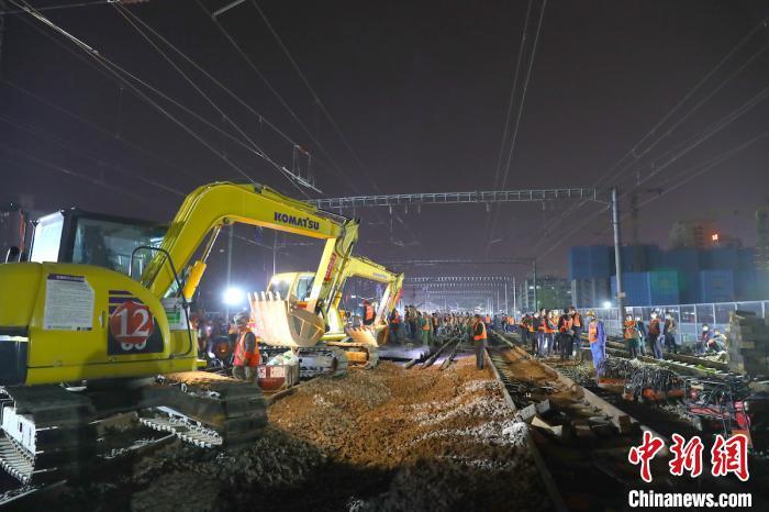 """山西铁路按""""快进键"""",近3000名施工人员同时立体化作业,480分钟百年老站太原火车站成功扩容通   车。张炯供图"""