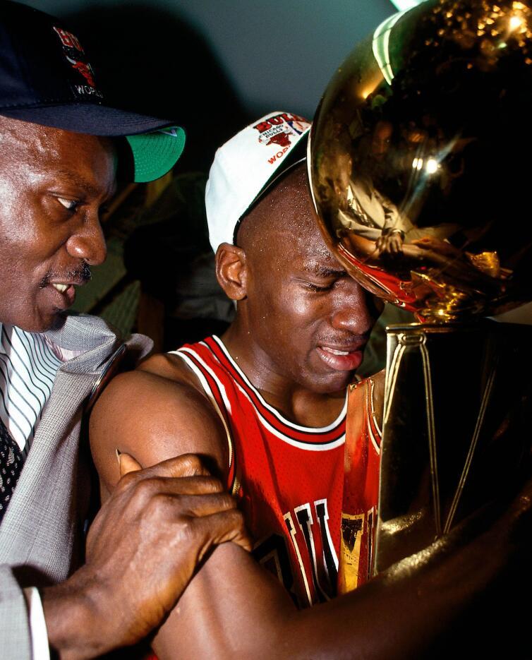 【NBA老照片】乔丹夺得生涯首冠 手捧奖杯动情落泪