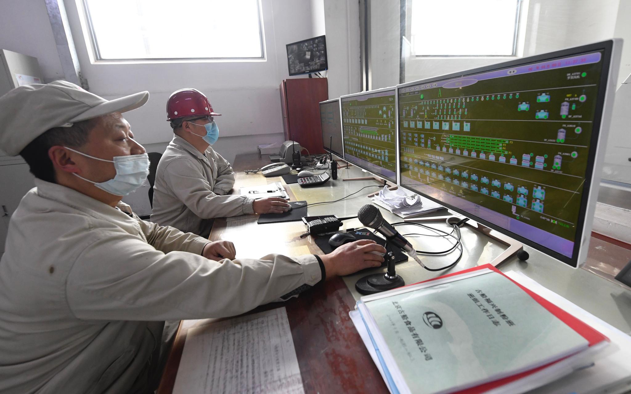 4月9日,古船福兴面粉厂工人在中控室操作。摄影/新京报记者 吴宁