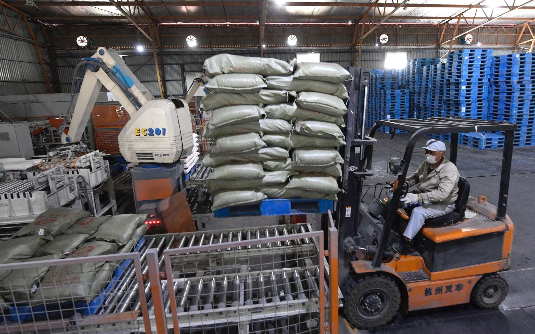 4月9日,古船福兴面粉厂工人将包装好的面粉装车。摄影/新京报记者 吴宁