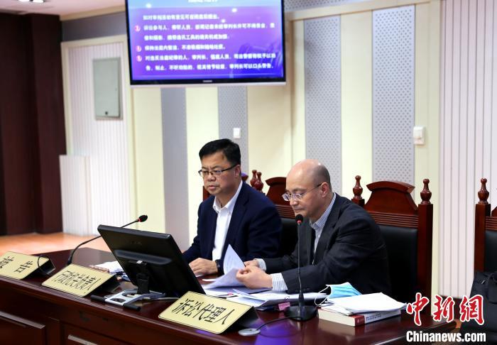 宁夏司法厅厅长冯自保(左)出庭应诉。银川铁路运输法院供图
