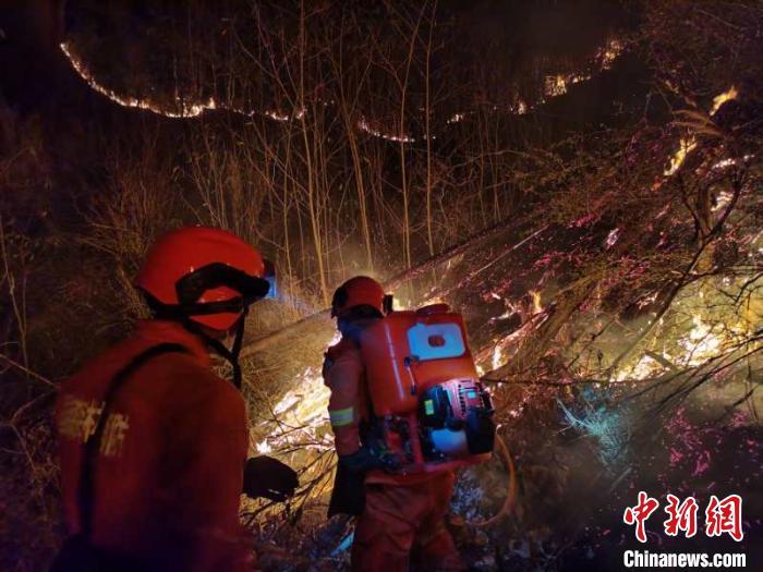 图为云南森林消防在火场扑火。云南省森林消防总队供图