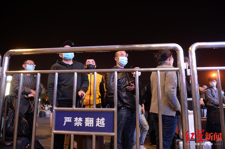 """▲武昌火车站前广场,守候""""解封""""后第一时候出城的市民"""