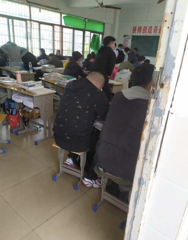 南昌一中学被曝60多人同堂上课 教育局回应将暗访核查图片