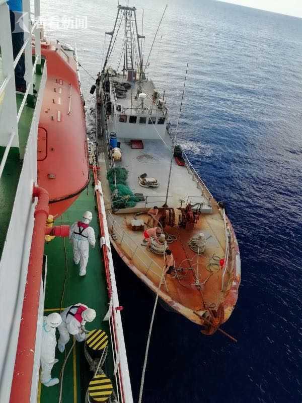 南海救助局首次进行南沙岛礁值守船员全员轮换图片