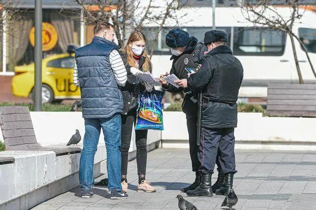 4月9日俄累计确诊破万,警察在街头执勤