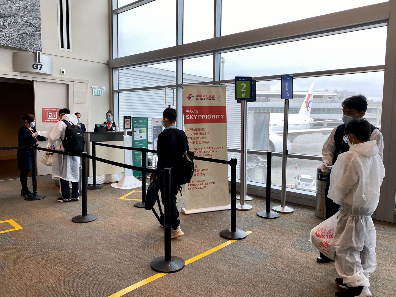 180名在美未成年留学生今日乘包机飞抵上海浦东机场图片