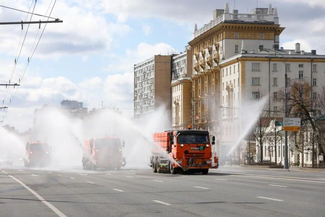 ▲当地时间4月12日,莫斯科街头大面积消杀作业。图据路透社