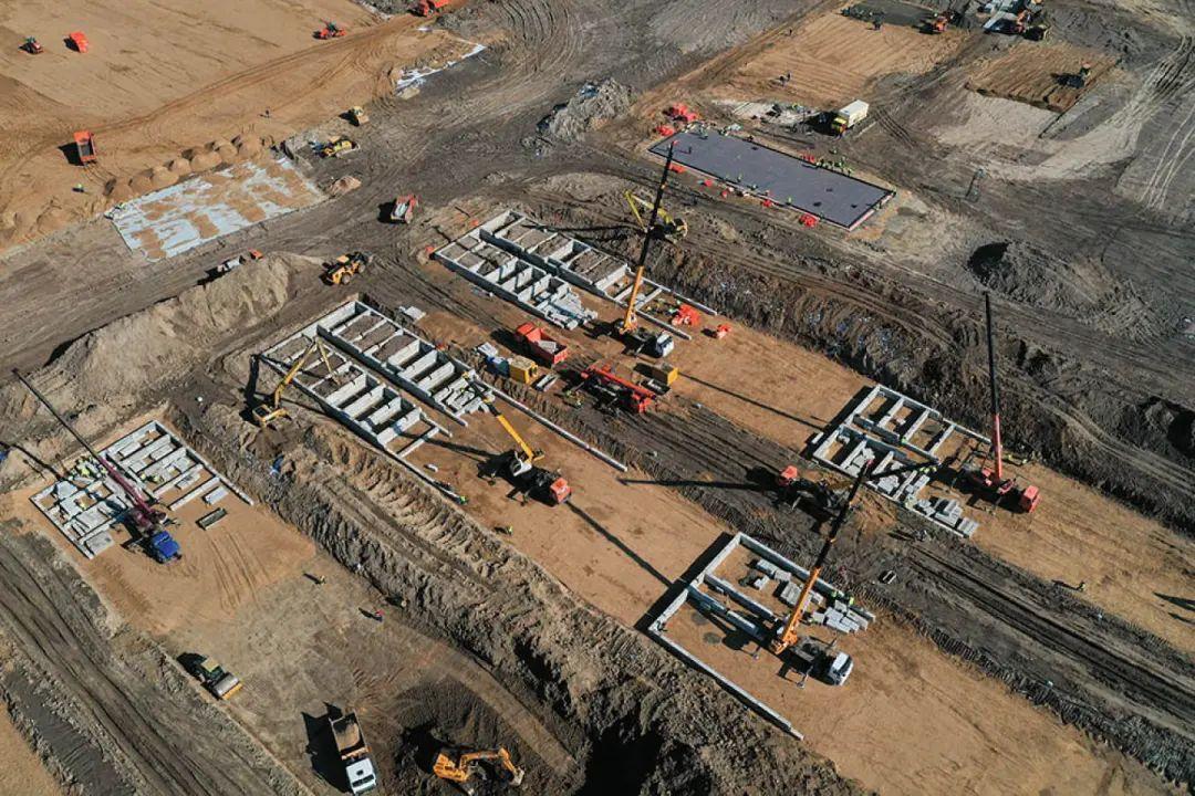 """▲莫斯科郊区一座正在修建的""""方舱""""医院。图据《莫斯科时报》"""