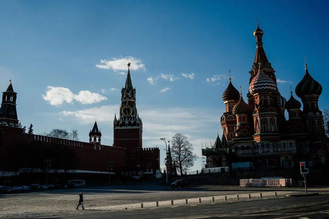 """▲当地时间4月12日,在严格执行的""""封城令""""之下,莫斯科克林姆林宫广场几乎看不到行人。图据路透社"""