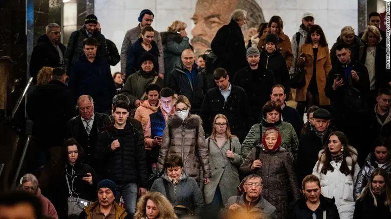 ▲当地时间3月23日,莫斯科街头的行人。图据CNN