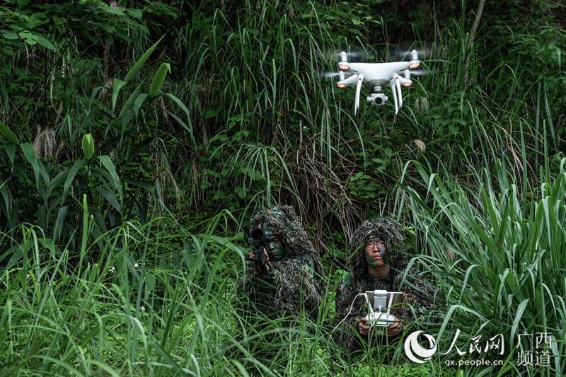 图为乐聚(右)和许海鹏(左)利用无人机判定射击方位。余海洋摄