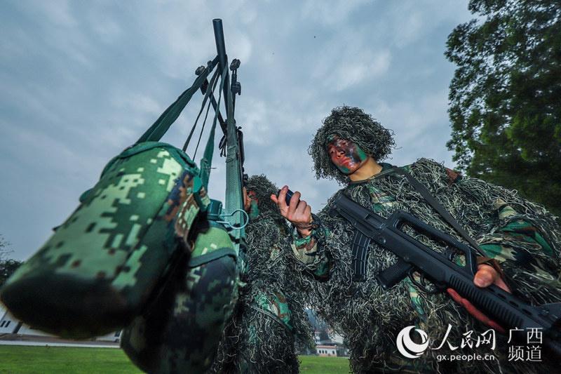 图为乐聚(左)和许海鹏(右)正在进行负重据枪训练。余海洋摄