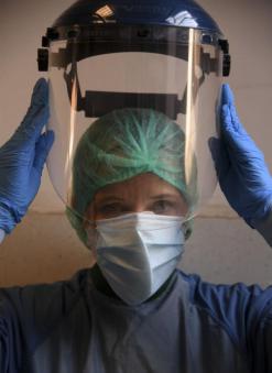 4月12日,在意大利首都罗马,圣斯皮里托医院的医生莫妮卡·卡尔福拉在进入新冠肺炎病区前穿戴防护设备。