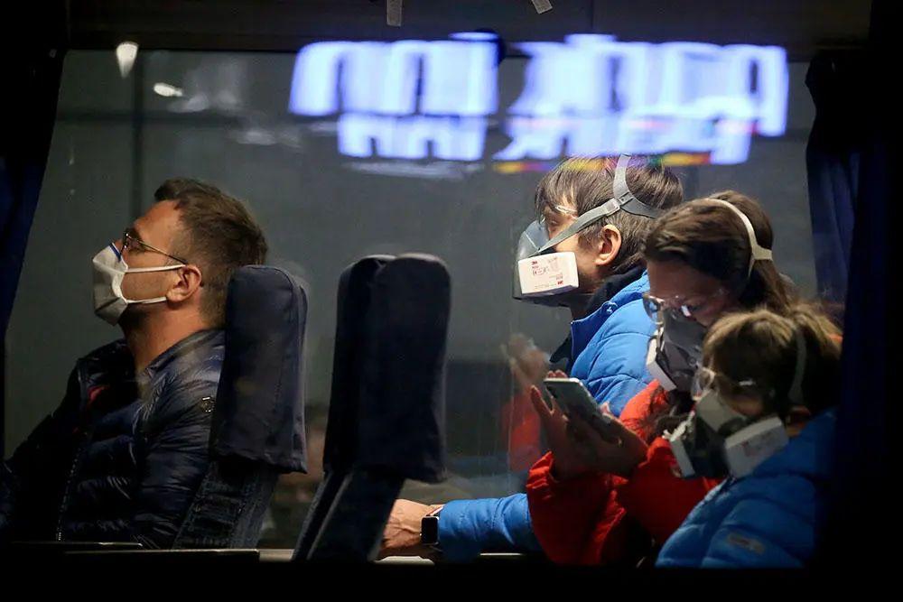 ▲当地时间4月8日,俄罗斯公车上佩戴各式防护面罩的乘客。图据塔斯社