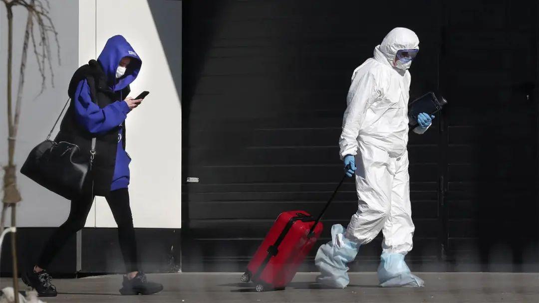 ▲莫斯科街头拖着装有新冠检测设备的医护人员。图据《莫斯科时报》