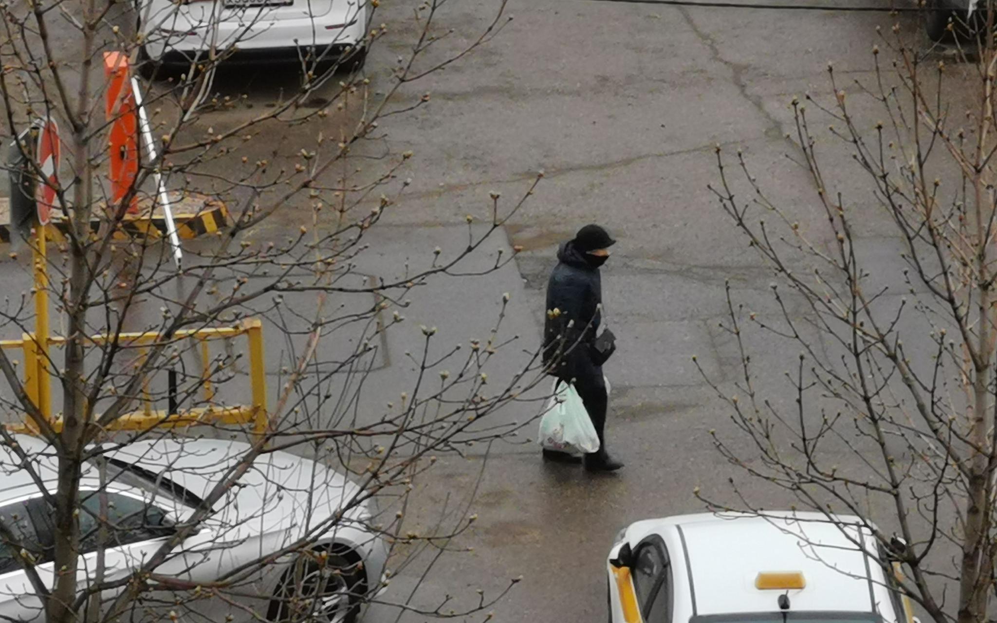 4月13日,俄罗斯莫斯科,一位居民从超市购物后回家。受访者供图