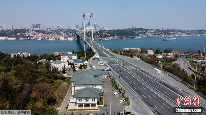 """当地时间4月11日0时起,土耳其开始实施为期48小时的""""禁足令""""。图为禁令开始实施后的博斯普鲁斯大桥。"""