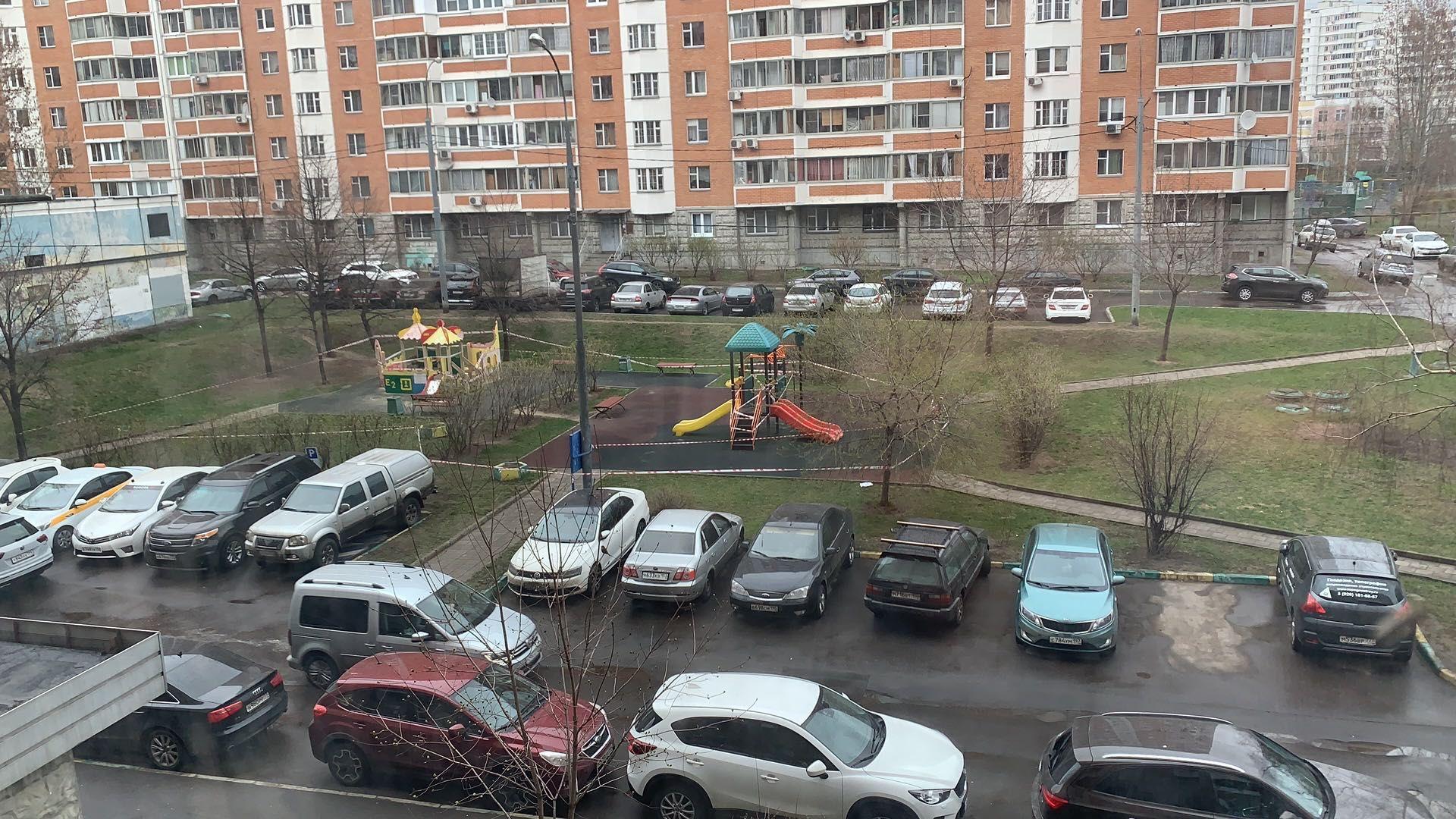 俄罗斯一社区里停满了车辆,人们尽量减少外出。受访者供图