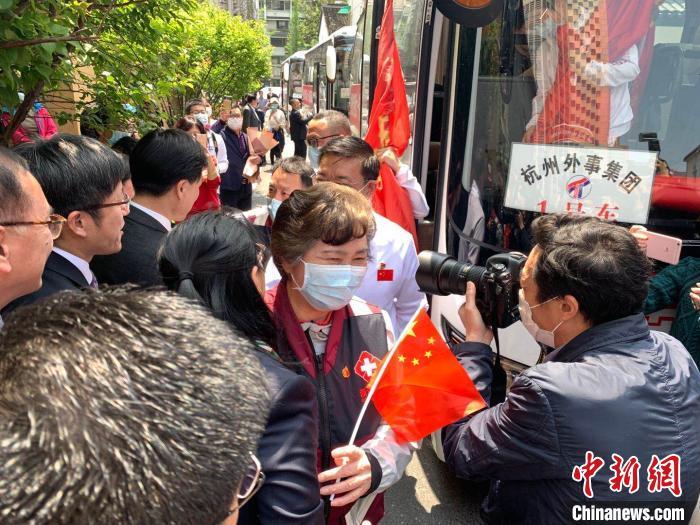 李兰娟返回杭州。张斌 摄
