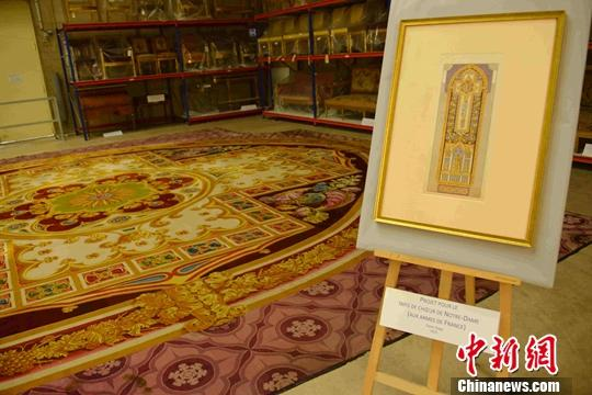 """资料图:当地时间2019年9月21日,在法国文化部展出的巴黎圣母院顶级文物、长达25米的""""唱诗班地毯""""。中新社记者 李洋 摄"""