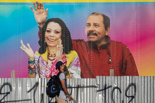 4月14日,尼加拉瓜首都街头马那瓜,总统丹尼尔·奥尔特加和他妻子的巨幅海报。(图源:法新社)