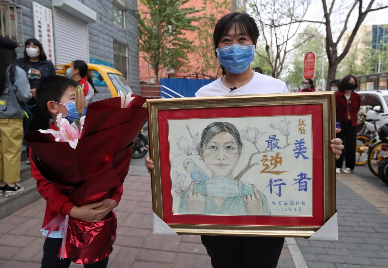 社区住民为援鄂好汉画的素描绘像。新京报记者 王贵彬 摄