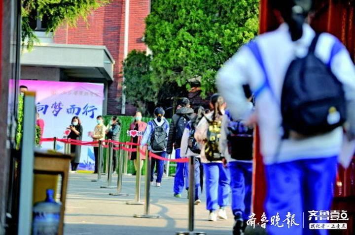 省实验中学的学生保持间隔,陆续走进校门。齐鲁晚报·齐鲁壹点记者王媛摄