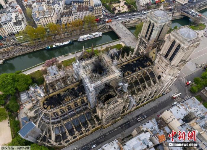 """资料图:当地时间2019年4月17日,俯瞰火灾后的巴黎圣母院,屋顶被烧穿出现""""大窟窿""""。"""