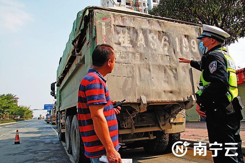 交警发现该泥头车存在反光标识缺失等问题,立即向驾驶员提出整改意见。记者 程勇可 摄
