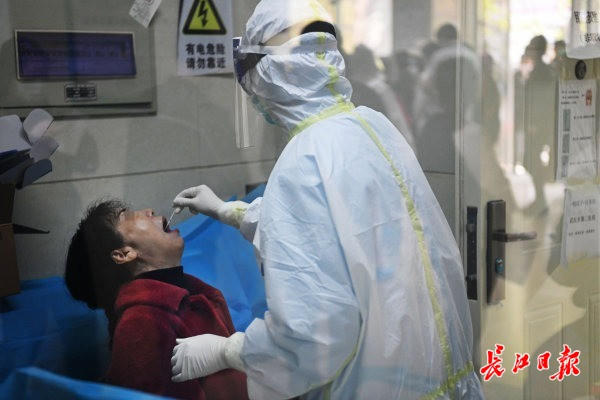 市民担当咽拭子核酸检测 记者苗剑 摄