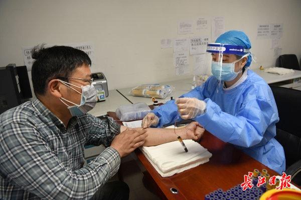 市民担当血清学抗体检测 记者苗剑 摄