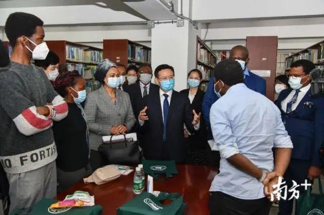 副省长张新(中)与非洲多国驻穗总领事看望非洲国家留学生。