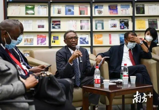 非洲多国驻穗总领事担当媒体采访,苏丹驻穗总领事阿达姆·尤瑟夫回覆提问。