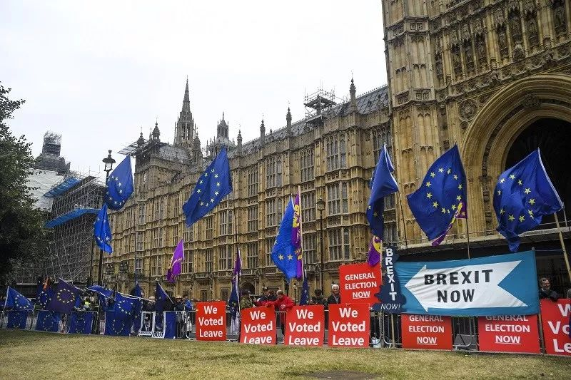 ▲资料图片:2019年9月9日,在英国伦敦,人们在议会大厦外抗议。(新华社)