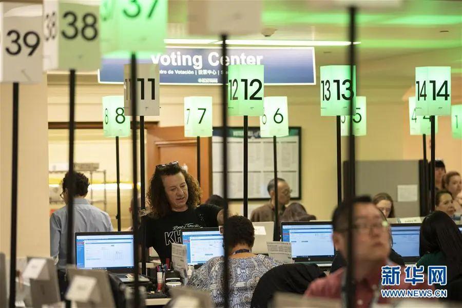 ▲资料图片:3月3日,选民在美国旧金山一个投票站内投票。(新华社发)