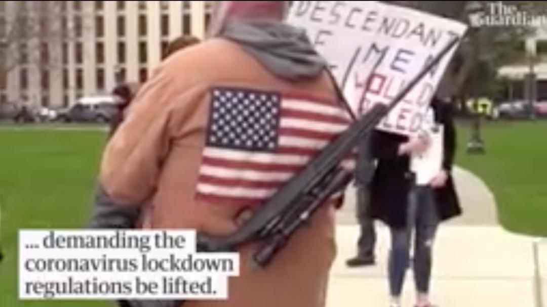 密歇根州居民持枪抗议。/《卫报》视频截图