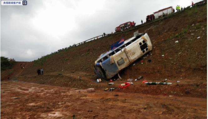 江西景德镇一客运中巴车侧翻 已造成4人死亡10人受伤图片