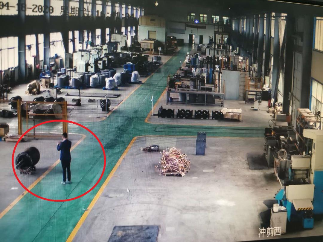 翻墙进同行厂区盗拍专利生产线 中电电机前董事长王建裕被扭送派出所图片