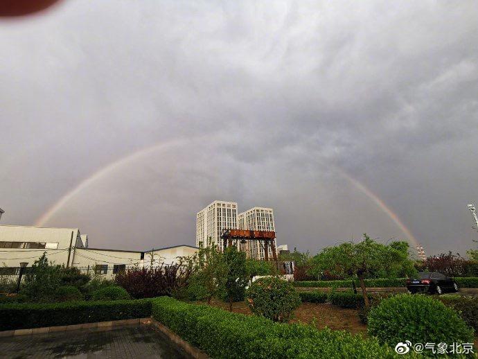 北京西边天空泛起彩虹。图/北京市景象局微博