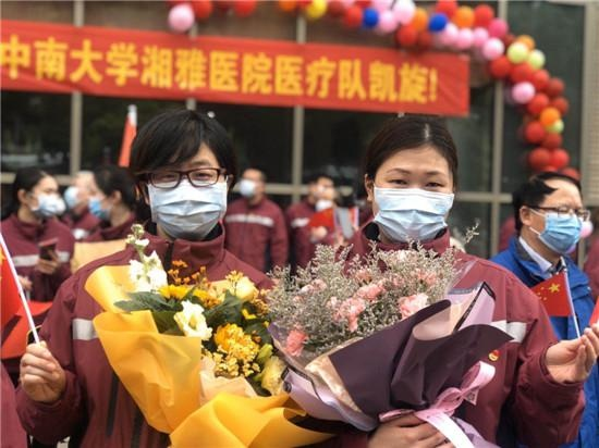 中南大学湘雅医院第三批国家医疗队131人即将回家,武汉民众送行