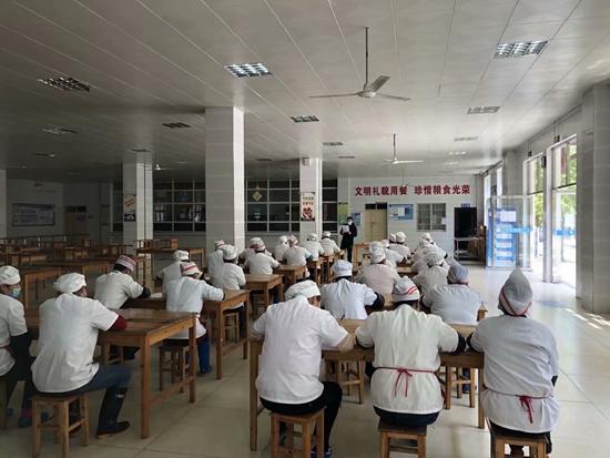 剑河县市场监督管理局积极开展对学校食堂从业人员食品安全知识培训