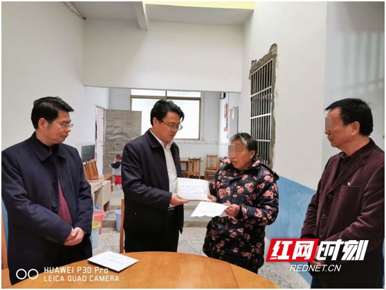 中国计划生育协会慰问因公殉职的李志柱家属