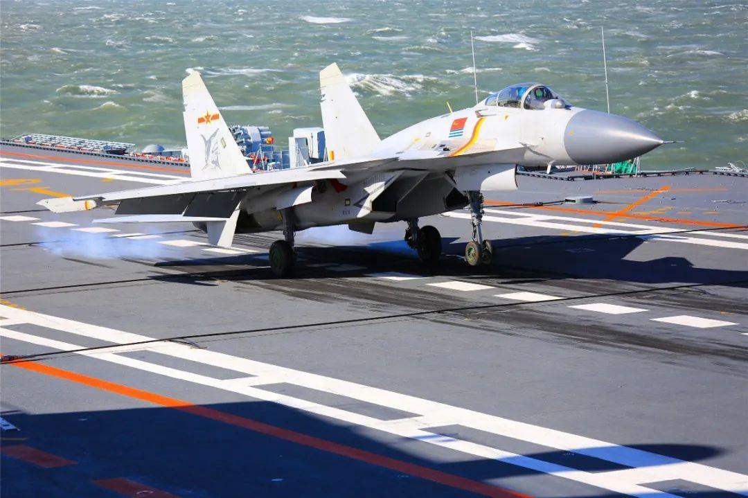 海军航空大学已经完成了数十名舰载战斗机飞行员的昼间航母飞行资质认证。图片来源:中国军网