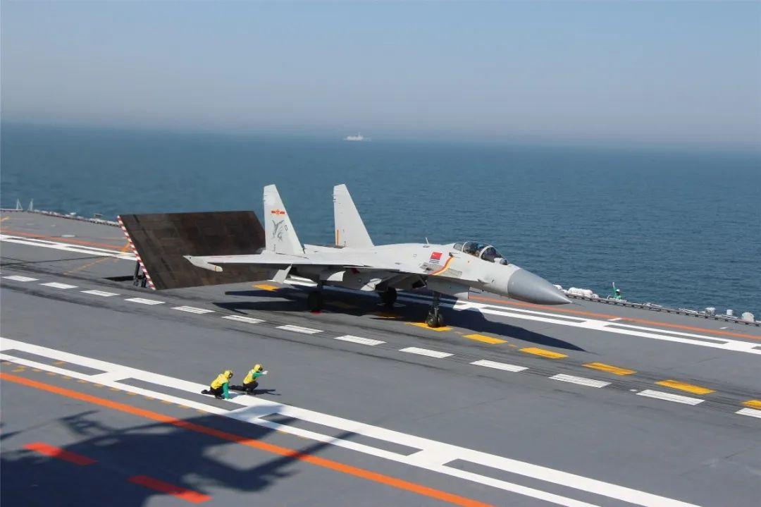 """随着航母数量的增多,舰载战斗机飞行员将逐步从""""改装模式""""向""""生长模式""""转变。图片来源:中国军网"""